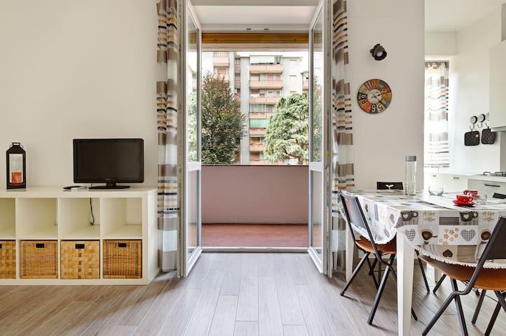 Modern studio w/ free WiFi & full kitchen - quick walk to the subway!