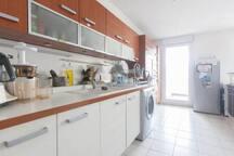 Cuisine tout équipée : plaques à induction, four, robot, frigo, casseroles, vaisselles, couverts...