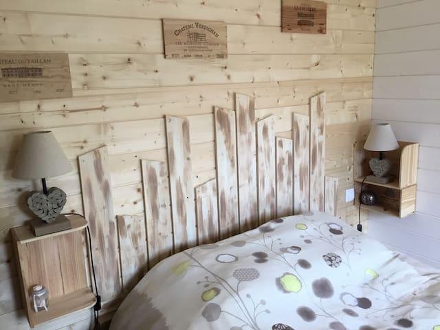 Tendre Chambre avec 1 lit 140, linge de lits fournis, fer et table à repasser.