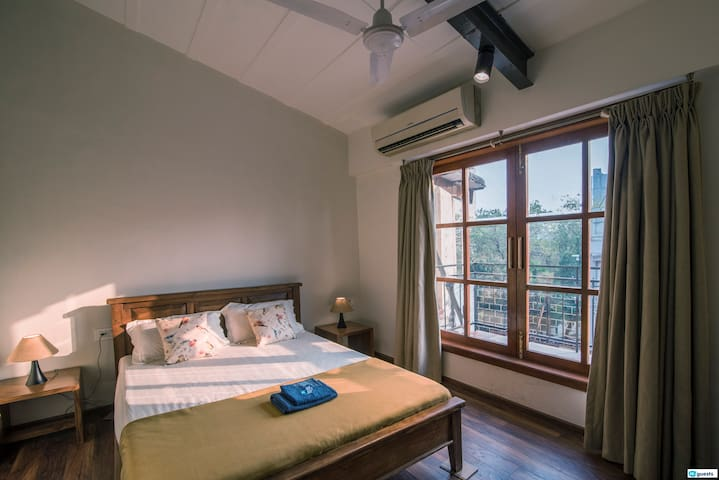 Private room with attached balcony in Colaba!