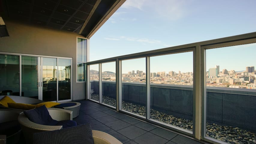 High Tech Apartment Walking Distance to SF Giants