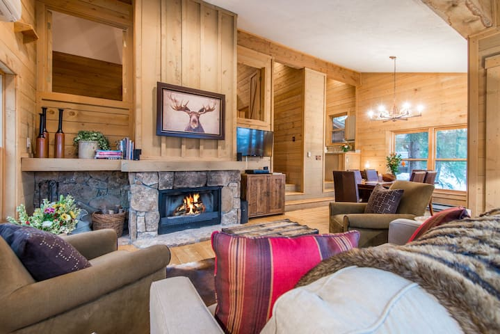 Ridge View- Spectacular ski slope views, Hot Tub, Fireplace, Cozy Hideaway