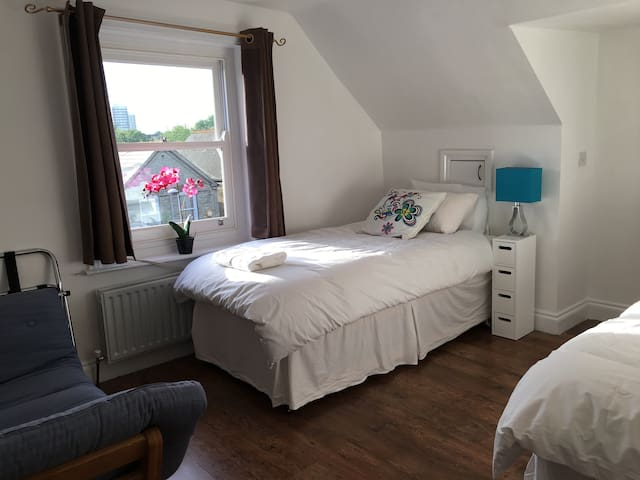 Bright spacious studio - 2 single/1 kingsize bed