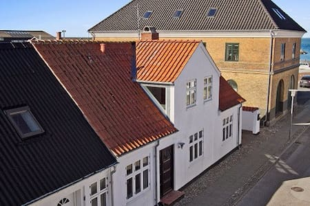 Hyggeligt byhus tæt på haven - Logstor - Casa