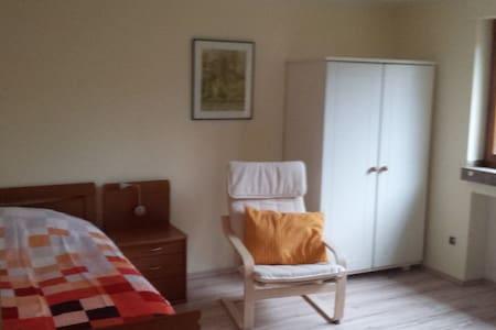 Helles Zimmer mit eigenem Duschbad - Casa