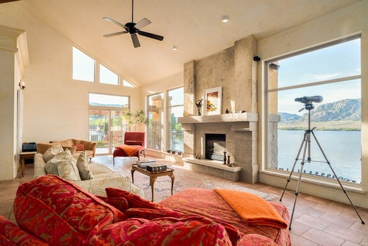 Tuscan Style Lakefront Villa - Osoyoos - House