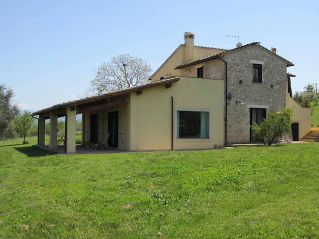 OLD COUNTRY HOUSE - sleeps 12 - Calvi Dell'umbria - House