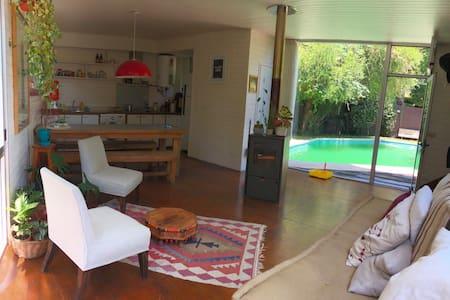 Casa única en una barranca rodeada de naturaleza.