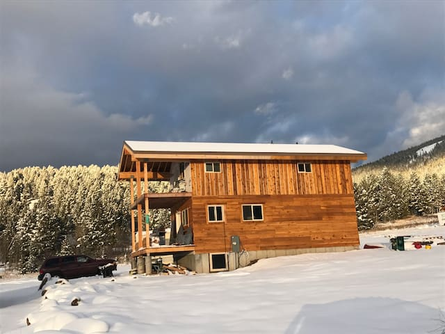 Yellowstone Grizzly Getaway, Sleeps 8