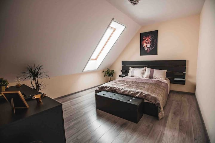 A hálószobában franciaágy található, melynek mérete 160 cm x 200 cm. Anatómiás, memóriahabos matrac biztosítja a vendégnek az ott tartózkodása alatt a tökéletes pihenést.
