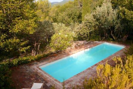 Lovely villa among pine trees - Hus