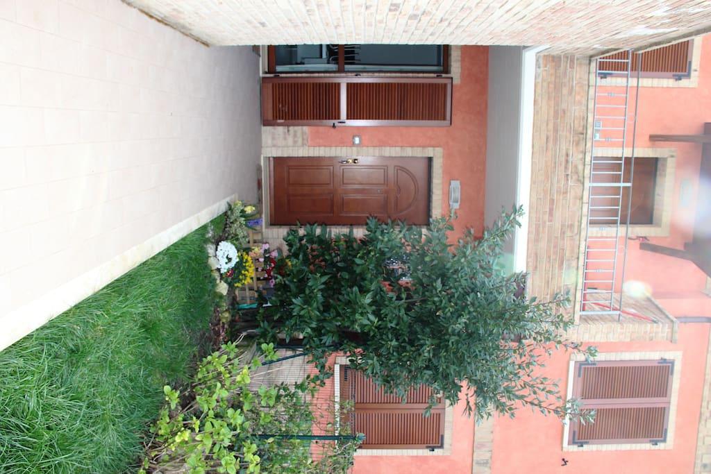 Ingresso e giardino anteriore