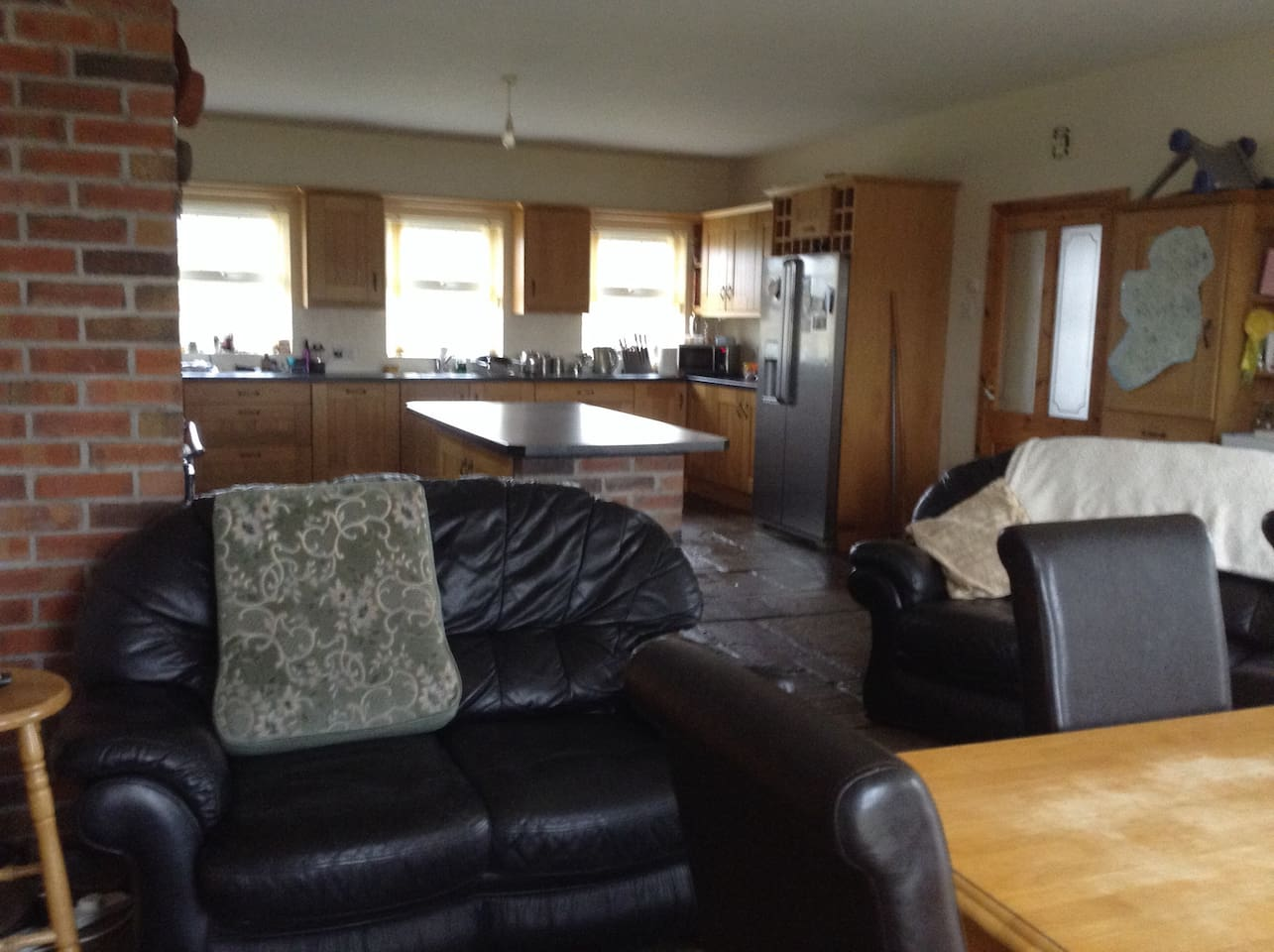 Fantastic kitchen with dining area and seating area. Personal Cutlery items available and basic kitchen facilities available.