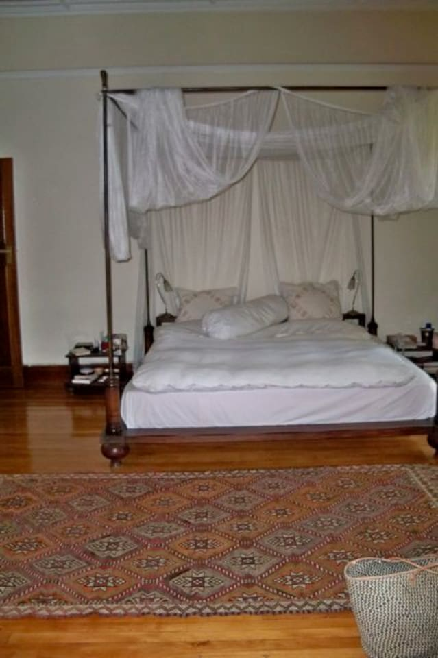 King size bed, mozzie net, wooden floors
