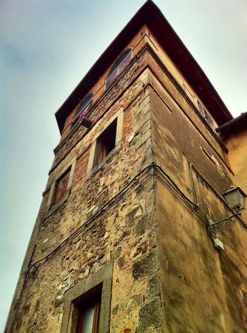 Torre medievale vista dall'esterno