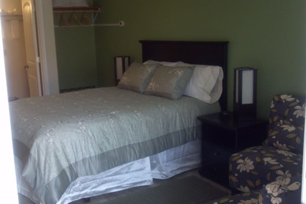 queen size bed, large shower, kitchen and small dining table and easy chairs