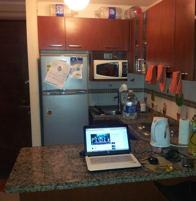 Cocina muy bien equipada: Refrigerador, Cocina Eléctrica, Microondas y Vajilla.