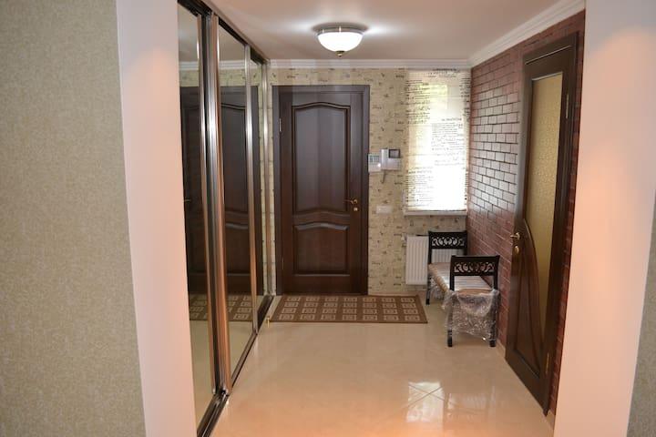Вид с гостинной на парадный вход. Слева шкаф-купе. Справа вход в жилую комнату - детская или кабинет или для водителя (охранника).