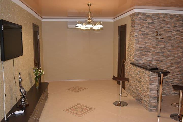 Гостинная. Вид с парадного входа. Слева вход в спальню. Справа вход в ванную комнату. Справа проход на кухню.