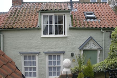 This hidden gem in the heart of Whitby sleeps 4 people in 2 bedrooms. It has the added bonus of private outside space. The bathroom has a small bath  a shower handset over the bath. Situated in a quiet little street  in the centre of the town.
