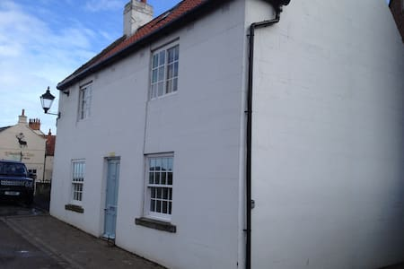 Sandsend seaside cottage, parking - East Row