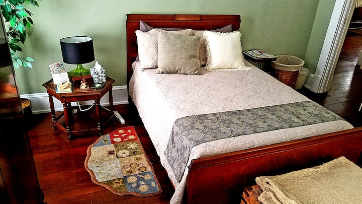 Charming Room In Midtown For Females or Couples