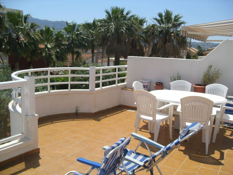 The large terrace has got views on the sea and the mountains of Montgo.