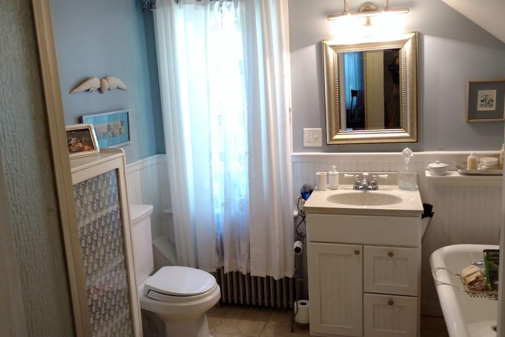 Bath w/ shower & tub.