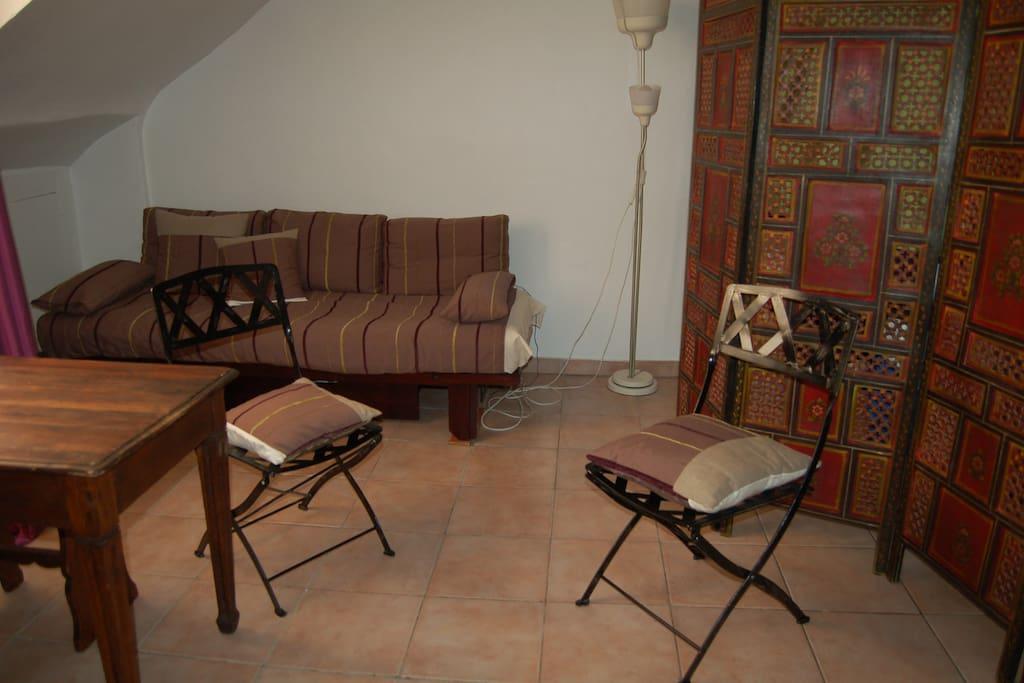 chambre de bonne typique parisienne appartements louer paris le de france france. Black Bedroom Furniture Sets. Home Design Ideas