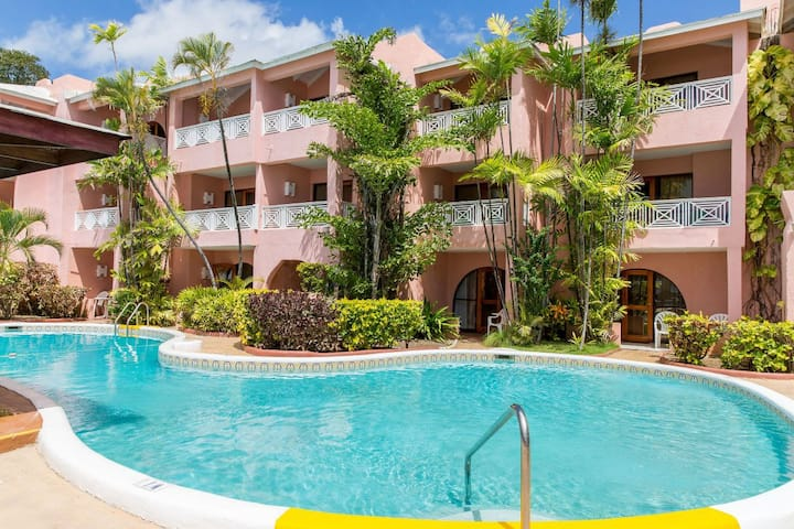 Ultimate Getaway! Cozy Unit for 3! Pool,Oceanfront