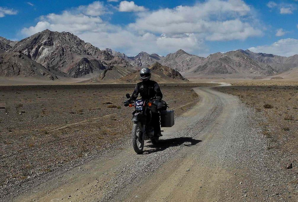 Pamir Highway, kein Verkehr, unglaubliche Landschaften