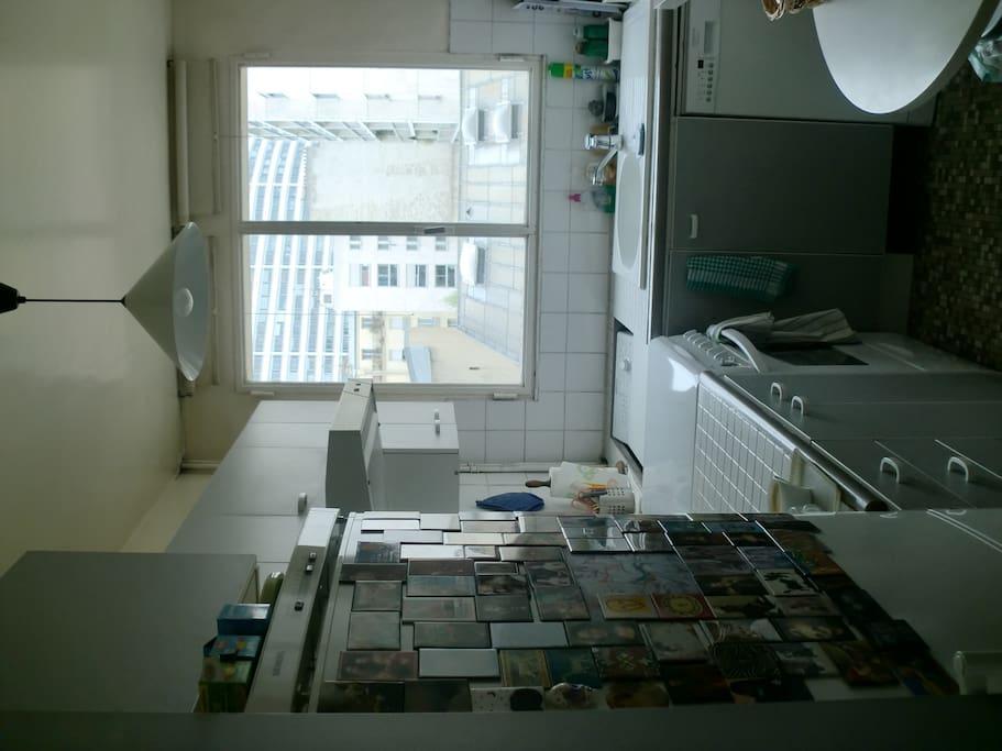 Cuisine équipée de tout le confort : cafetière, machine à laver, lave vaisselle, cuisinière et four, frigidaire...