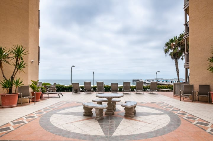 Oceanfront condo w/ ocean views, shared hot tub and sauna!