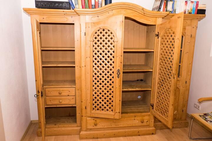 Hochwertiger Voglauer Holzschrank für Dein Gepäck