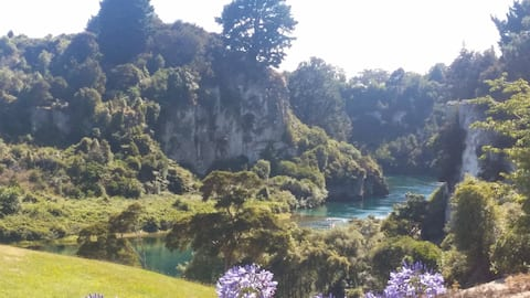 Peaceful river view hideaway by the Waikato river.