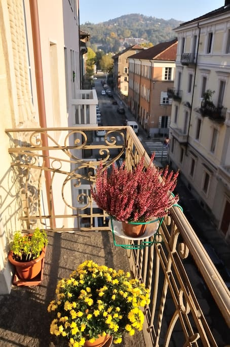 balcone della camera da letto da cui si vede la collina.