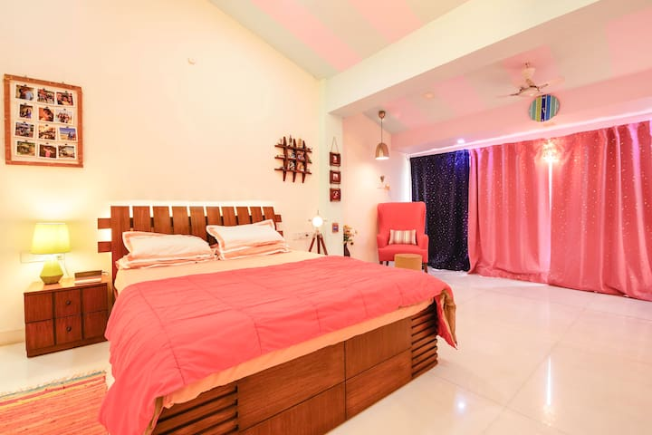 Big Luxurious Room in a Bungalow in Andheri West