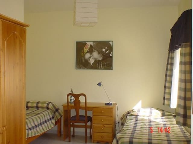 Shared room with kitchenette near Uni and hospital - Msida - House