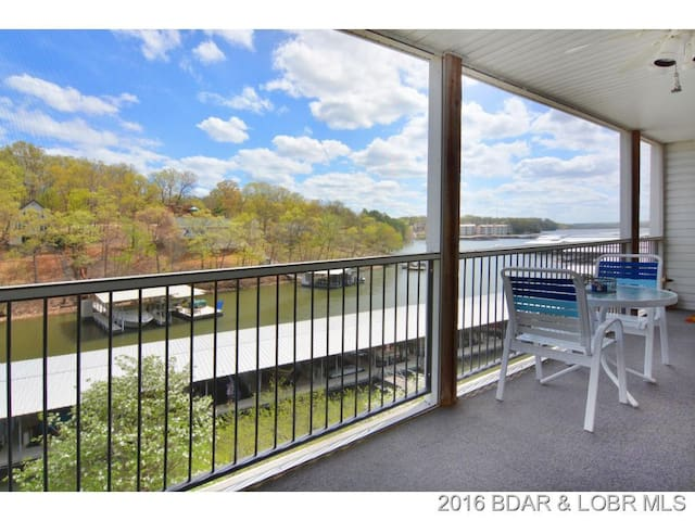Bagnell Dam Lakefront 2BR/2BA: Pool, Dock, BBQ! - Lake Ozark - Appartement en résidence
