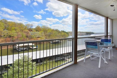 Bagnell Dam Lakefront 2B/2BA: Pool, Dock, BBQ! - Lake Ozark - Appartement en résidence
