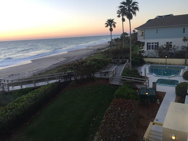 Stunning beachfront condo - sleep to the waves