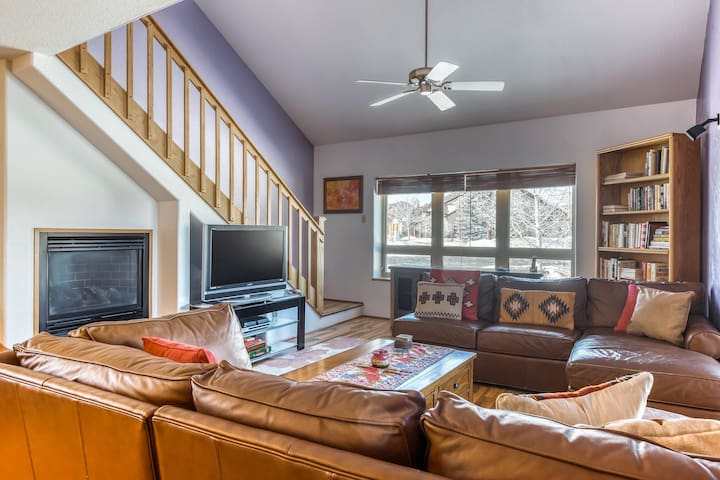 Spacious & cozy mountain condo w/fireplace & porch w/great views. Close to town!