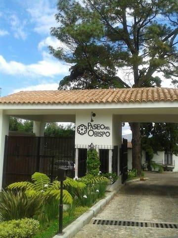 Villa, full equiped, comfortable. Paseo del Obispo - GT - Villa