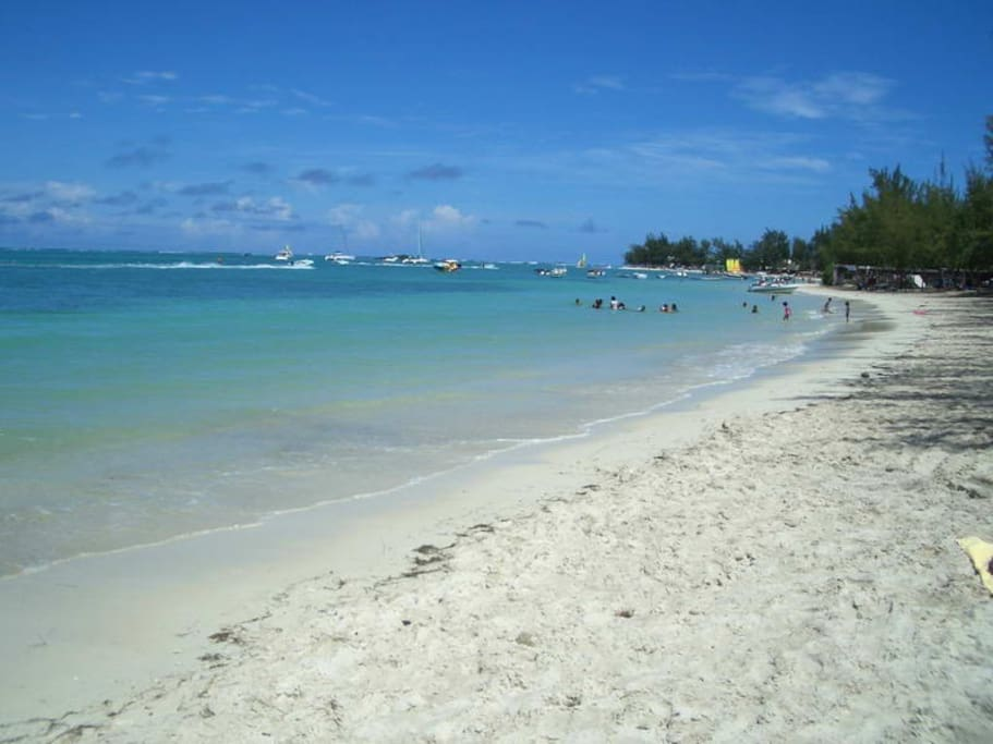 Walking distance to Mont Choisy beach