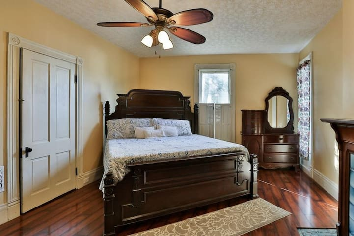 Historic Master 1BR/1BA in Downtown Shelbyville