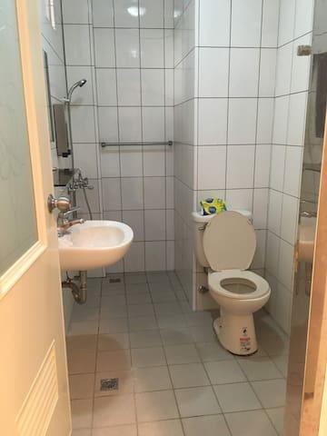 (四人房可3人入住)小房子 背包客棧 little house hostel 4F