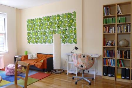 great room in sunny cornerapartment - New York - Apartment