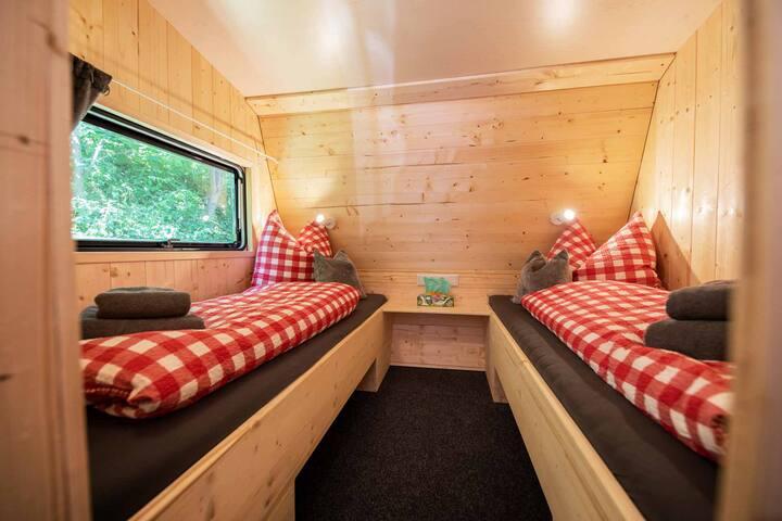 Im Wohnwagen: Zwei separate Einzelbetten