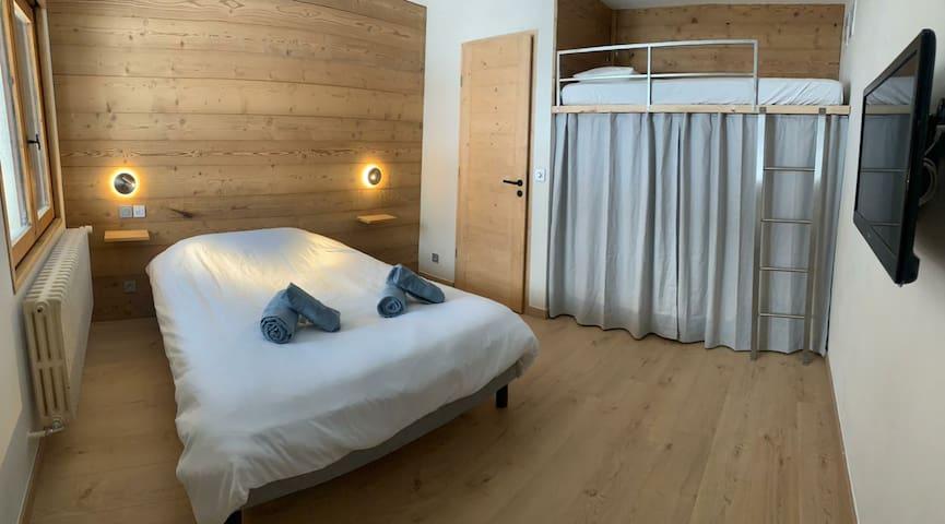 Première chambre : Lit double + Lit simple mezzanine (pouvant convenir également à un adulte)