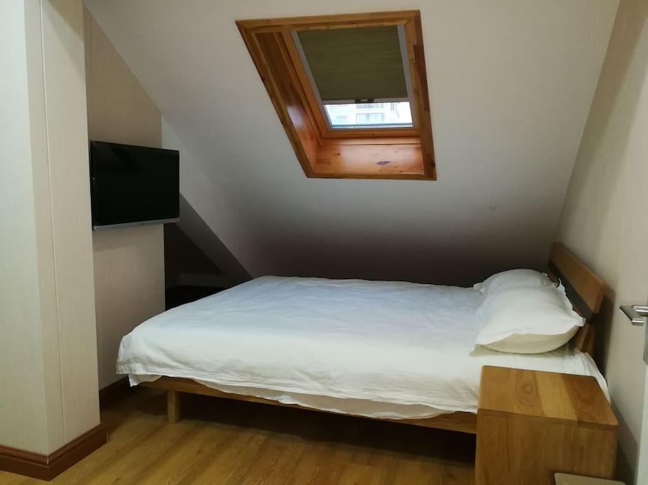 一张150日式实木床,带斜坡天窗